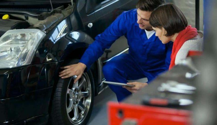 Mecánico explicando le su cliente